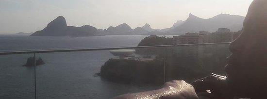 Vista deslumbrante da silhueta do Rio. Mais próximo é possível ver o MAC (a poucos metros de caminhada do hotel).