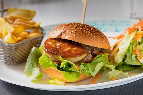 Le Burger Divino's = Effiloche de canard confit, escalope de foie gras poêlé, oignons caramélisés, tomate, salade et sauce burger. Accompagné de frites et salade. 18€