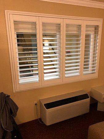 Best Western Dry Creek Inn: windows and heater/cooler