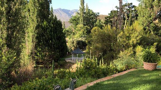 Ladismith, Sudáfrica: View along the walk adjacent to a lovely rose garden