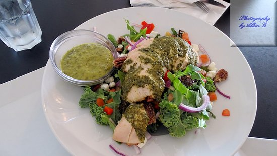 Kakabeka Falls, Καναδάς: Kale and Arugula Salad  with Pesto Chicken