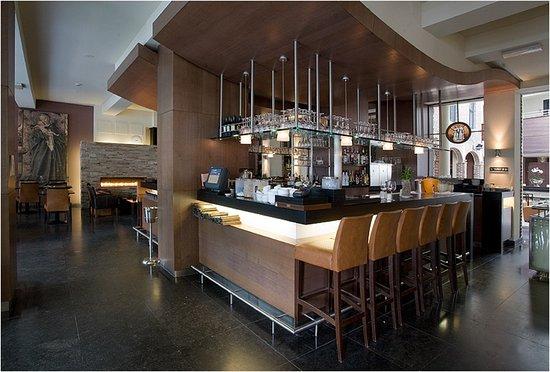 De gezellige bar en brasserie