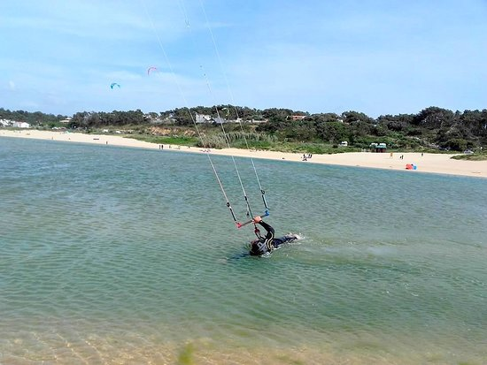 Learning Level2 Kitesurfing course: Body dragging 1 hand upwind.