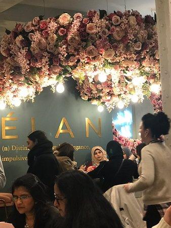 Elan Cafe: Très joli endroit ! Trop bruyant..musique trop forte et table hyper rapprochées..😳 Salades moyens mais gâteaux magnifiques et bons😋 File d'attente à prévoir..