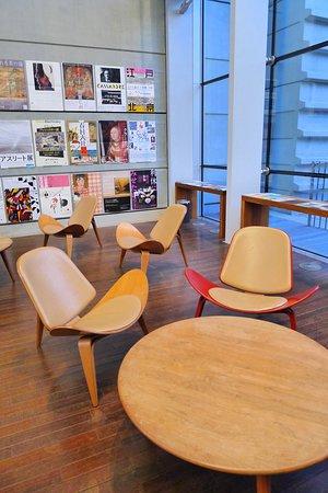 Pusat Seni Nasional, Tokyo: 休憩區設有丹麥設計師Hans J. Wegner設計的微笑椅。