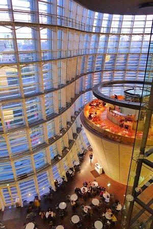 Pusat Seni Nasional, Tokyo: 超挑高的設計體現建築之美。