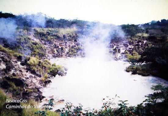 piscina de lama borbulhante na base do vulcão