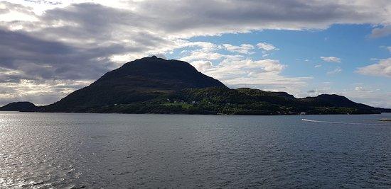 Noruega Ocidental, Noruega: Фьорды Западной Норвегии, август 2018 года. Ромсдаль-фьорд (Romsdalsfjorden), занимая девятое место в рейтинге норвежских фьордов по их длине (88 км, наибольшая глубина 550 м), обеспечивает туристам возможность взглянуть на всё великолепие норвежской природы. Фьорды являются одним из самых узнаваемых символов Норвегии и одновременно одной из самых посещаемых её достопримечательностей.