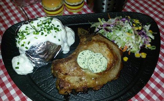 Herzogenrath, Γερμανία: Schweinskotelett / Folienkartoffel / Salat