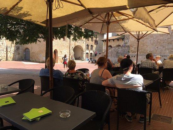 Castel San Gimignano, Italie : Caffè delle Erbe