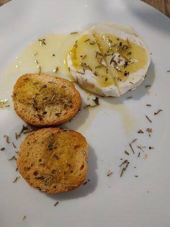 Entrée plat fromage et dessert le.tout pour 15 euros une excellente cuisine provençale faite avec amour.