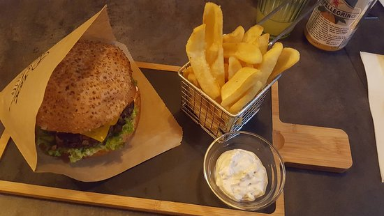 Martin, Slowakije: All-vegan burger with fries&mayo.