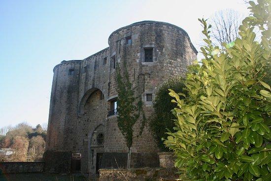 Vue sur l'Ancien chateau de Barbencon