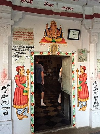 Deogarh, الهند: Make sure to take off your shoes, but watch out for the bat droppings! Anjaneshwar Mahadev cave temple is financially maintained by the maharaja owners of the Deogarh Mahal (hotel) in nearby Deogarh