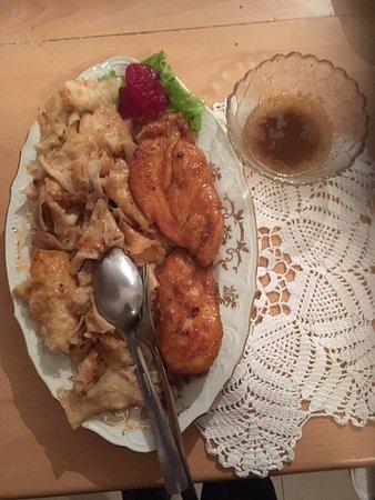 Krapinske Toplice, Croácia: Chicken breast fillet baked on the pan and Mlinci (regional specialty pasta)