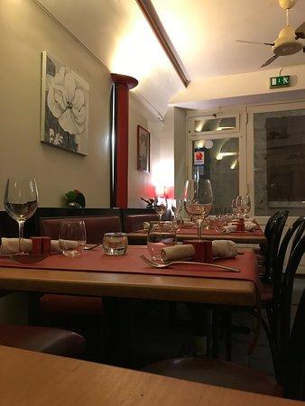 Les Banquettes Rouges: L'entrée de la salle