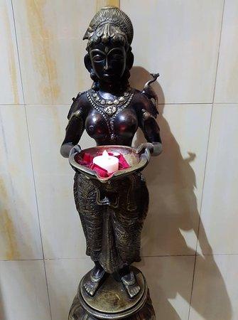 ¡Así os recibimos en Ganges! Nuestra Welcome Lady enciende una vela con el primer cliente que entra y no se apaga hasta que se va el último! 👏😍