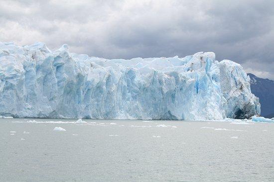 Los Glaciares National Park, Argentina: Este es uno de los lugares mas impresionantes de la Patagonia Argentia, El Glaciar Perito Moreno una mole de hielo que se mueve en forma permanente y cambia su imagen casi de manera permanente aproximadamente cada 4 años se produce la rotura de su puente de hielo. No te lo podes perder