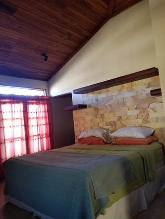 Hotel and Restaurant Villa del Sueno: Comfy queen sized bed. High ceilings and beautiful petrified wood décor for headboard.