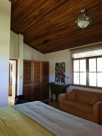 Hotel and Restaurant Villa del Sueno: A lot of closet space for bedroom. Good amount of light. AC wall unit and fan.
