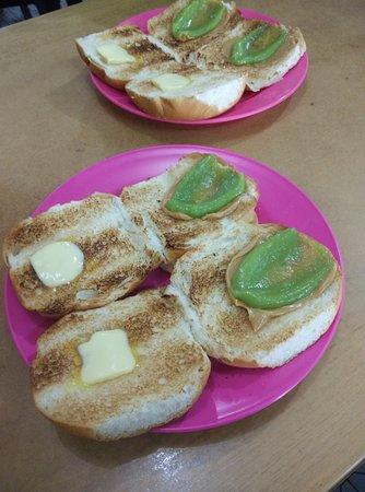 Sarikei, Malaysia: roti bakar, hidangan khas kedai kuno ini.