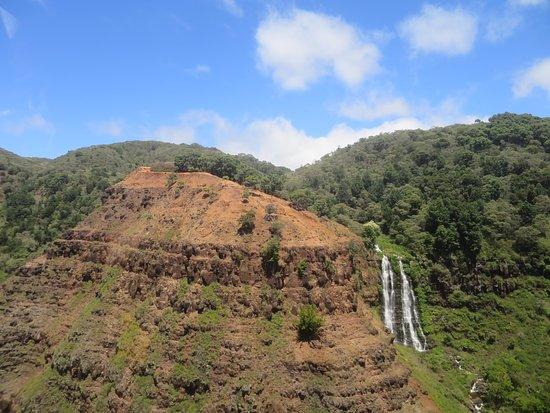 Excursão de helicóptero Kauai ECO Adventure: Waipo'o falls in Waimea Canyon. You can hike here. Or fly by.