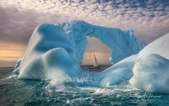 Groenlandia: Царство неба и скал, льда и воды... Непохожая ни на что другое, суровая и прекрасная земля, форпост обитаемой части нашей планеты - Гренландия. Настоящий край Ойкумены.   Фьорд Скоресби Сунд - самый большой фьорд на Земле. Его длина составляет 350 км. Находится он  Восточной Гренландии. Это одно из самых красивых мест в Арктике.