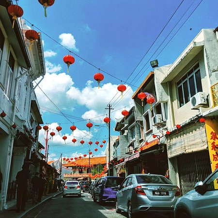 Malásia: Jonker Street in Malacca, Malaysia, has one of the best vantage points for #ChineseNewYear fireworks, as well as for live performances in the middle of delicious street food. 🏮🎉 Photo credit: @farhana3996