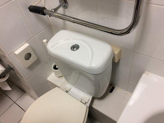 Holzbalkenabstützung des WC-Spülkastens