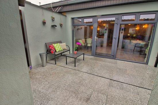 Dunleer, Irlanda: Newly Designed Private Smoking Area