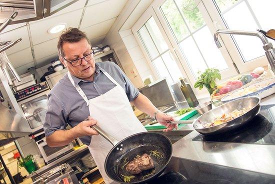 Feldkirchen, Austria: Seppi beim kochen