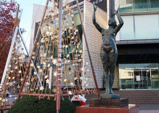 Manseinyoi Statue by Kane Kosei