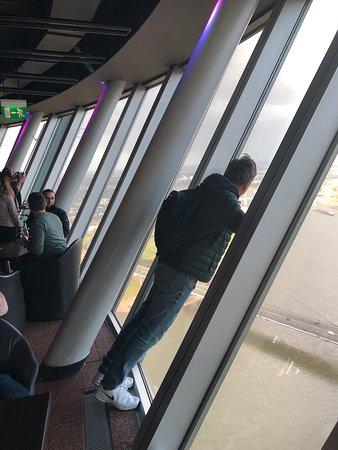 Полежали на стекле окна