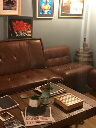 Johnson City, Estado de Nueva York: Casual European vibe. Lots of seating options for every age and purpose—whether grabbing a quick bite or handing out to listen to live music and play board games with friends.