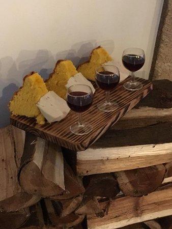 Pão de ló e queijo acompanhado por vinho do porto