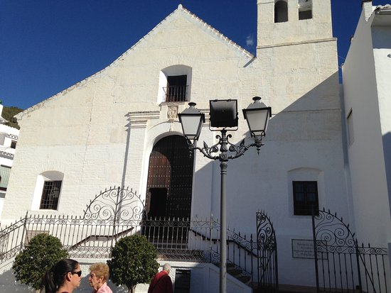 Frigiliana, Spagna: Church opposite square