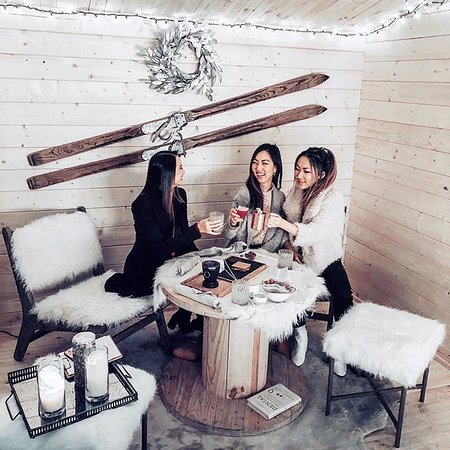 East Palo Alto, CA: Warm up to Après by Four Seasons Hotel Silicon Valley, a cozy ski-lodge style experience that captures the magic of winter. The pop-up which runs until February 28, 2019 features a nightly snowfall, rustic wooden cabins, specialized cuisines and much more.  📷: @closet_luxe @trendenv @ephemeralfox  https://press.fourseasons.com/siliconvalley/hotel-news/2018/apres-winter-lounge/