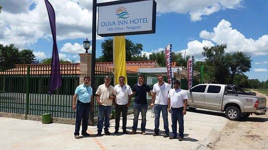 Este grupo de amigos se encuentran en la esquina de OLIVA INN HOTEL en Villa Oliva, ubicado sobre la Avenida Mariscal Lopez de Villa Oliva.