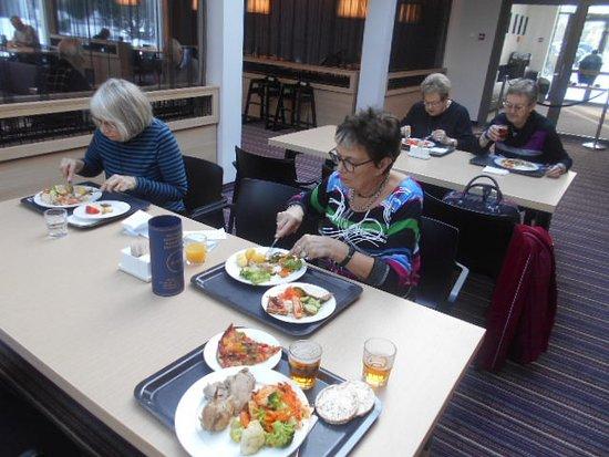 Lunch i hotellets matsal.