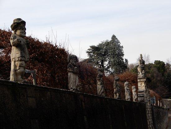 cinta che circonda la villa. ogni statua rappresentano i nani con abiti dell'epoca
