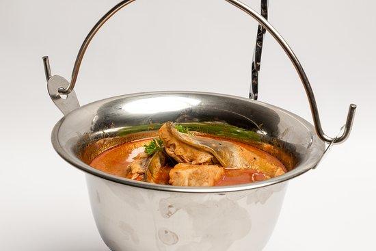 Budapest, Hongrie : Magyaros vegyes halászlé  Hungarian mixed fish soup