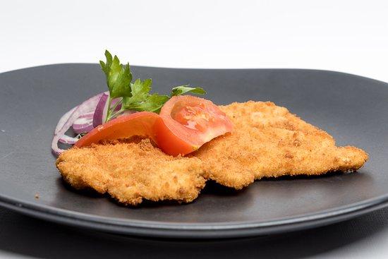 Budapest, Hongrie : Rántott csirkemell  Fried breaded chicken breast