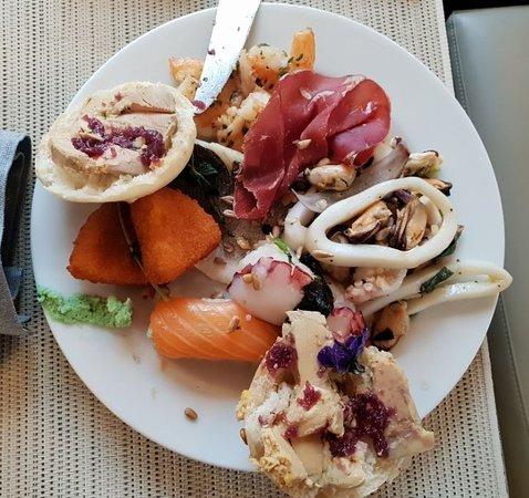 Sunday Brunch (2019.01.13.) - kacsmáj paté, sushi, sonka, tintahal, polip, garnéla, polip, rántott camambert.