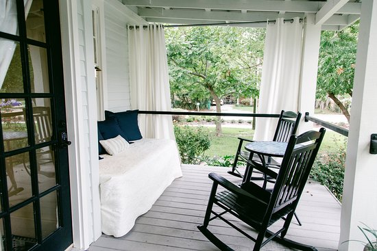 Blue Heron Bed and Breakfast: Guest private porch with privacy curtains