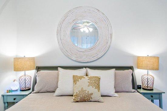 Blue Heron Bed and Breakfast: Monroe Suite, king bed
