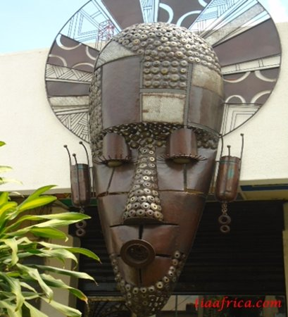 Ibadan, Нигерия: Metal sculpted artwork at the Entrance of Top Fat Art Gallery