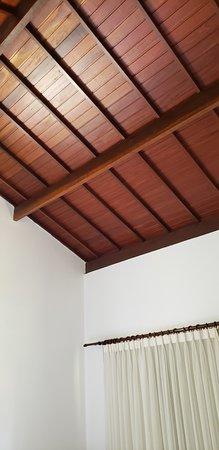 Praia dos Carneiros, PE: Altura do teto do bangalo, bem amplo o espaço.
