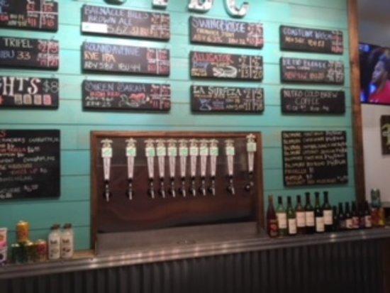 Topsail Island, Karolina Północna: Salty Turtle Brewery Taps