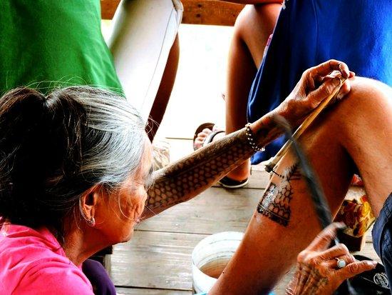 Filippinerna: Anziana tatuatrice nel nord di Luzon