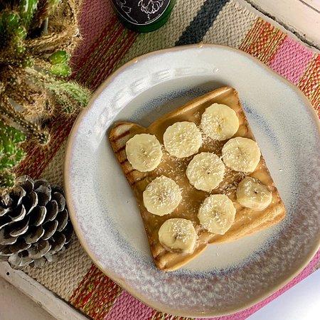 Тост с арахисовой пастой и бананом
